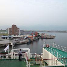 フェリーから見た東予港。