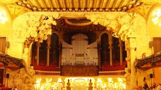 美しい装飾の音楽堂でフラメンコ鑑賞!