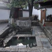 三眼井は、麗江のいろいろなところにありました。私のお気に入りは木府裏の消防学校近くの物です。