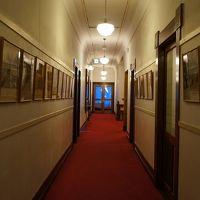 赤じゅうたんの廊下