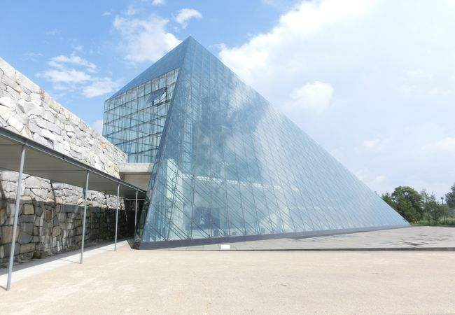 ルーブルを彷彿させるガラスのピラミッド