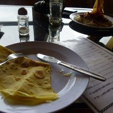 空港内のレストランで昼食