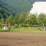 花畑と巨大彫刻