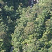 木々の間に三段の滝