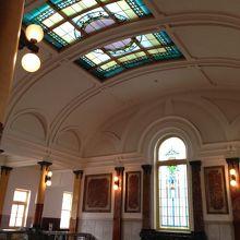 日輪をイメージして公明正大な裁判を表現する天井のステンドグラ