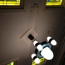 内部の天井のステンドグラス
