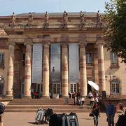 ネオクラシックの風格ある建物