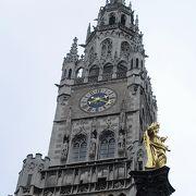 金色のマリア像が立つマリエン広場