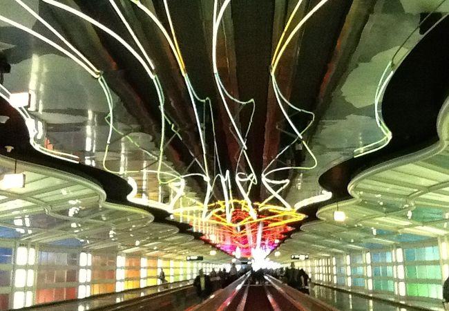 ターミナル1のBからCに移動する時の自動歩道。結構な距離。