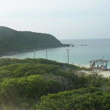 5.海水浴場施設から見た入り江左の岩場方面