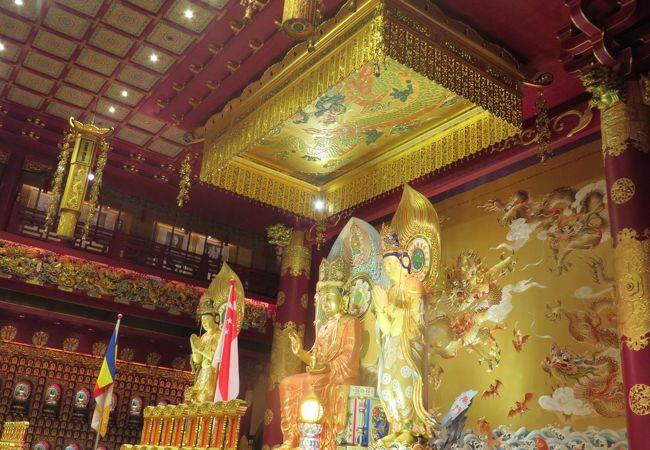金色に輝く仏像