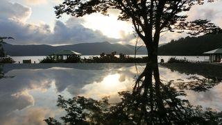 湖畔を眺めながら足湯・おしゃべり・カフェ!
