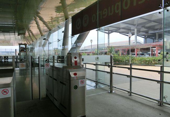 RENFEの改札から、空港ビルがすぐそこに見えます