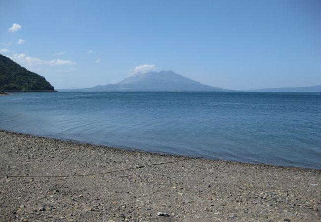 海辺から桜島を望む。