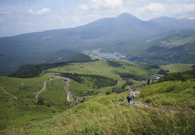 リフトで上がった先の蓼科山(諏訪富士)と白樺湖。