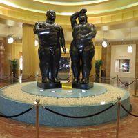 ホテル入口の像