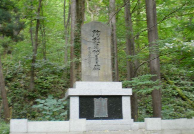 山を背景にたたずむ石碑