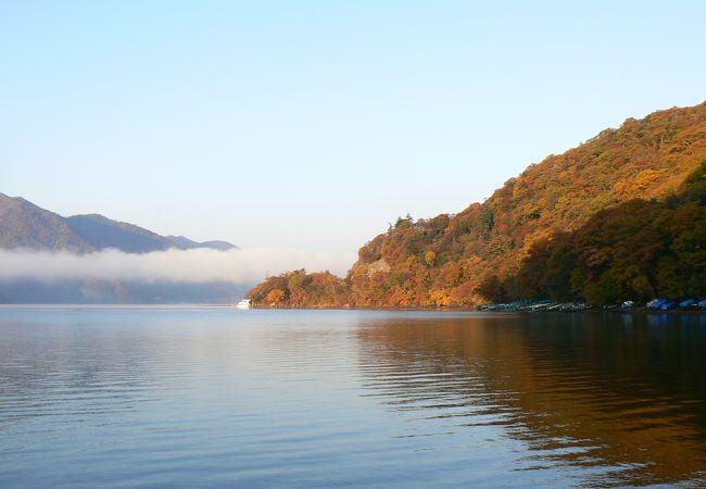 紅葉の中禅寺湖