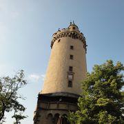 街中に塔が