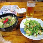 様々な沖縄料理が食べられる。
