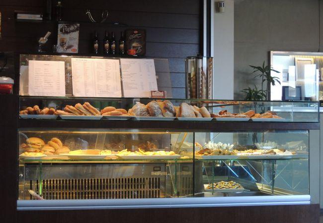 カフェの焼き菓子やパンも美味♪