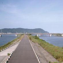 延岡市内の五ヶ瀬川(左) 右は大瀬川