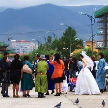 スフバートル広場同様、結婚式の記念撮影をする人も多いです。