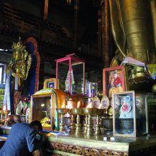 開眼観音の足下では、熱心に祈る敬虔なチベット仏教信者の姿が。