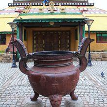 ゲルの形をした大講堂。運が良ければ僧侶に会える?