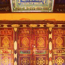 大講堂の扉のチベット文字や曼荼羅はアーティスティック!