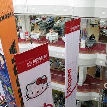 内部は日本の地方都市のデパートのような雰囲気。