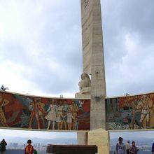 最後には平和が訪れたことを象徴する場面のモザイク画。