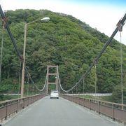 川俣湖にかかる白い橋