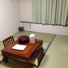 懐かしい感じの客室。保養所みたいな感じですが、清潔な客室です