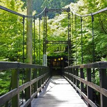 吊り橋の先が入り口