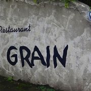 湿生花園の駐車場前にあるお洒落なレストランです。