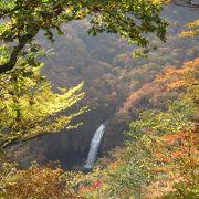 紅葉の山の中に見える滝