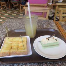 朝食(バタートースト、カヤケーキ、ライムジュース)