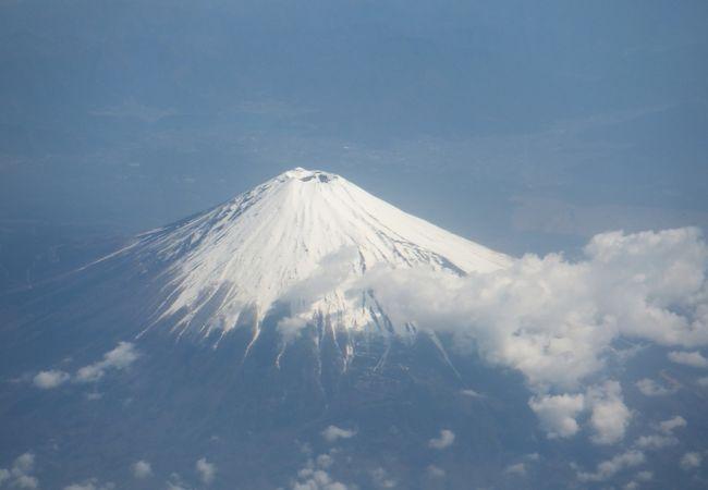 羽田・那覇路線の機内から見た富士山