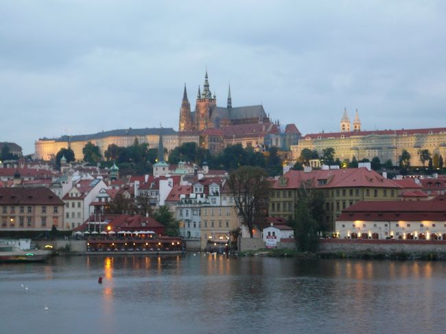 対岸に浮かぶプラハ城と聖ヴィート大聖堂