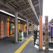 嵐電・嵐山駅のホーム。お店もあります。