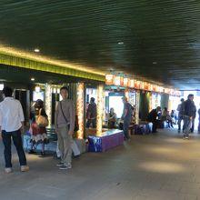 嵐山駅構内。