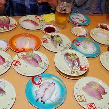 佐渡産の寿司がテーブル一杯に。