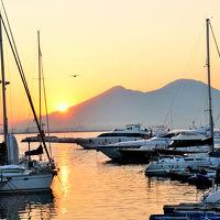 サンタルチア港とヴェスヴィオ山