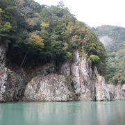 狭い峡谷を超高速で走るウォータージェット船で行く瀞峡