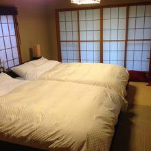 寝室には大きなサイズのベッドが二つありました。