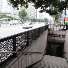 地下鉄の最寄り駅エオゲ駅から出て