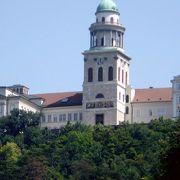 高い塀で囲まれた修道院と美しい環境