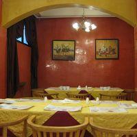 朝食・夕食の会場は、黄色とオレンジでまとめられている。