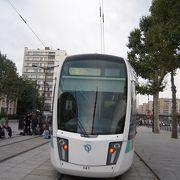 何とパリではトラムはメトロの終点駅から郊外方面に走っている